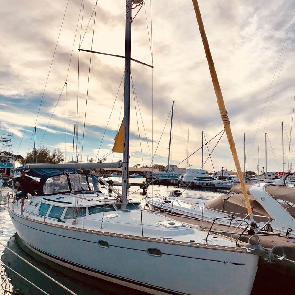 Hawaii sailing charter 43' Jeanneau