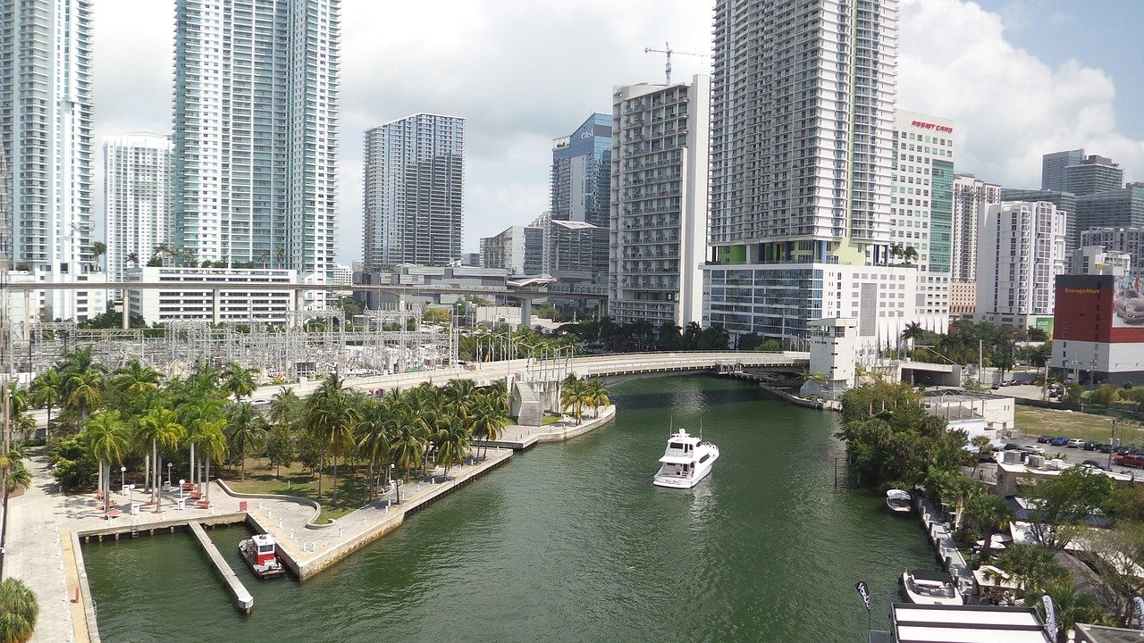 Charter a Boat in Miami to Discover Fabulous Florida