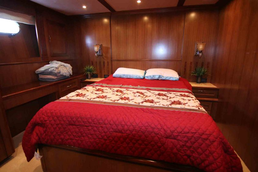 guest-bed-on-a-yacht