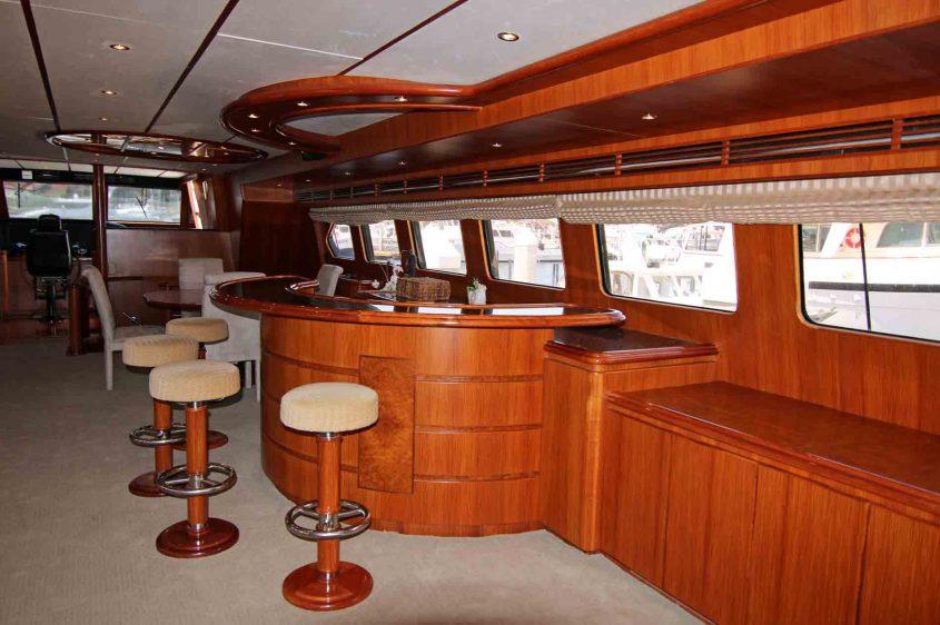 luxury-liners-main-salon-bar-area