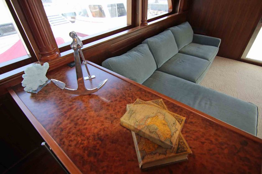 mid-deck-aft-lounge-area