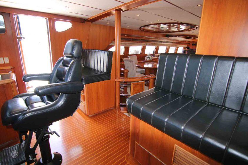 yacht-pilot-house